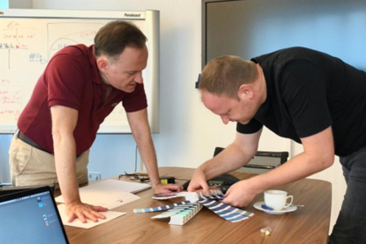 Rolf Masdorp und Stefan Wolf wählen Farben aus