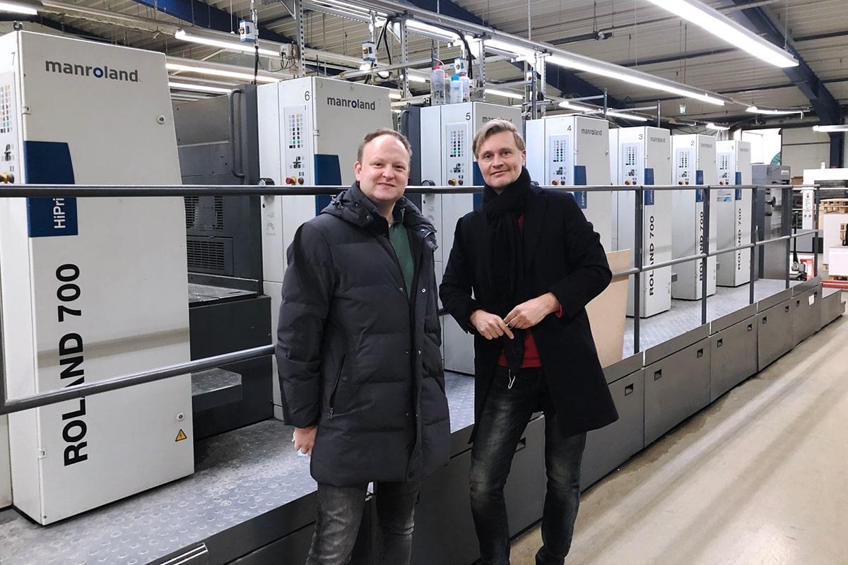 Stefan Wolf und Jochen Klein stehen in der Druckerei